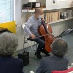 5日、チェロ独奏で施設内コンサート